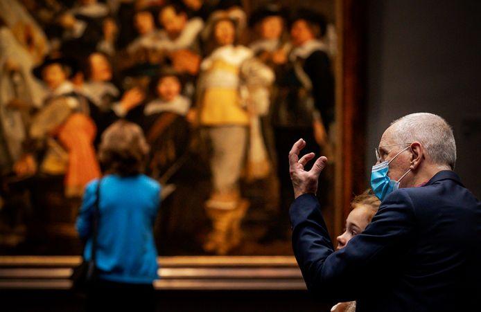 Alle mensen vanaf 13 jaar die het Rijksmuseum in Amsterdam willen bezoeken, moeten daar vanaf woensdag een mondkapje op.