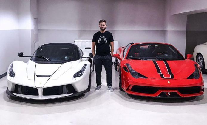 Josh Cartu bij enkele van zijn Ferrari's.