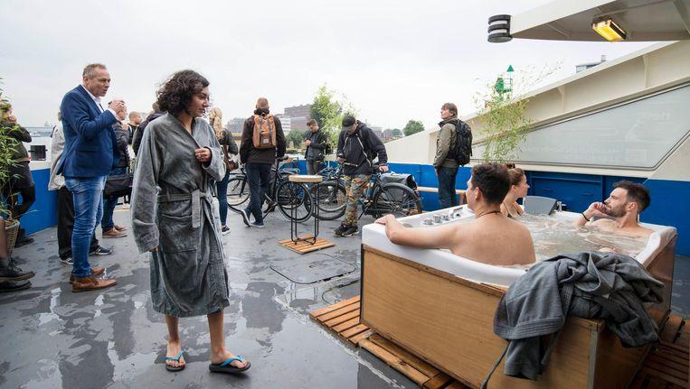 Op de pont konden mensen op de pont gebruik maken van een bubbelbad Beeld Charlotte Odijk