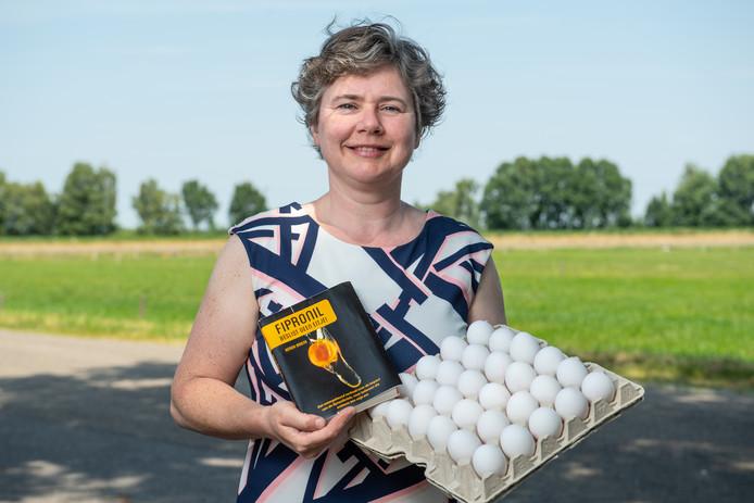 Boerin Gerda Briene met haar boek én fipronilvrije eieren.