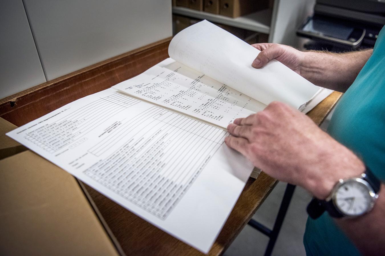 De cijferlijsten liggen per leerling, examenjaar en school in honderden dozen.