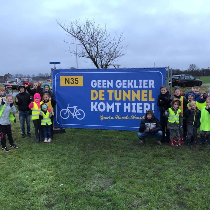 Inwoners van Haarle-Noord plaatsen vorige maand protestborden langs de N35 op de plek waar ze een tunnel willen.