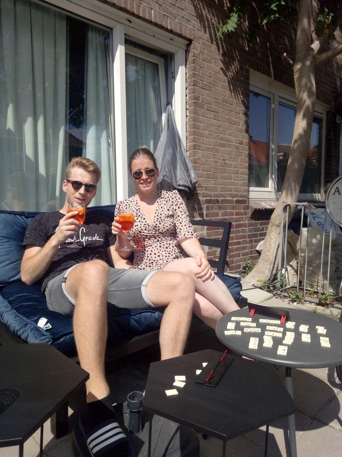 Leon en Astrid aan de aperol spritz in de Pioenroosstraat.