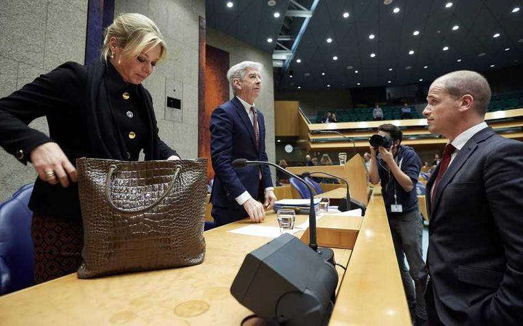 Ronald Plasterk met zijn collega-minister Jeanine Hennis en zijn partijgenoot Diederik Samsom na afloop van het Kamerdebat. Beeld anp
