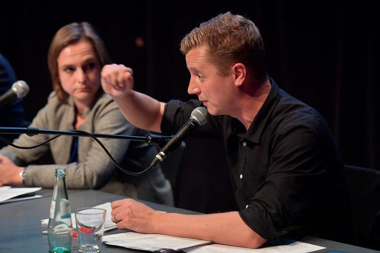 Lijsttrekker sp.a/Groen Niels Tas aan het woord. Barbara Pas, Vlaams Belang,luistert.