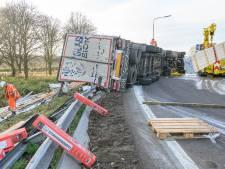 Gekantelde vrachtwagen op A27 bij afrit Breda: veel diesel op wegdek