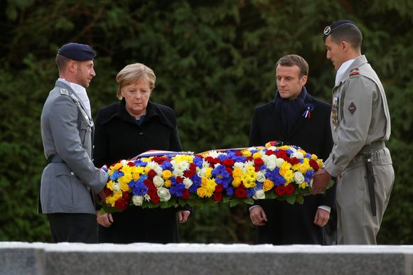 Angela Merkel en Emmanuel Macron legden samen een krans neer.