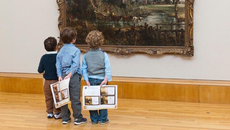Kinderen kijken naar het schilderij 'Salisbury Cathedral from the Meadows' van schilder John Constable in Tate Britain. Beeld epa