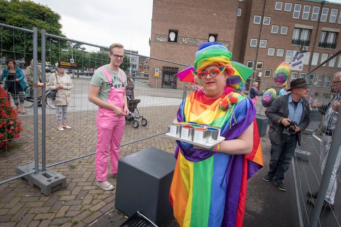 Het verven van de betonblokken was vrijdagmiddag een klein evenement, met de Enschedese dragqueen Rainbow Janny er ook bij.