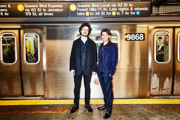 Ernst-Jan Pfauth (links) en Rob Wijnberg in het metrostation vlak bij hun nieuwe kantoor in Manhattan. Beeld Amy Lombard