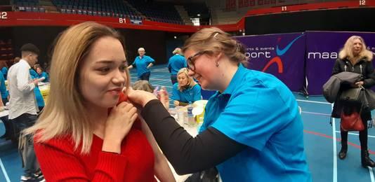 Shania Herrenauw (17) wordt ingeënt tegen de meningokokkenziekte ACWY. Haar zus heeft meningokokken gehad toen ze klein was, dus geen prik halen was geen optie voor Shania.