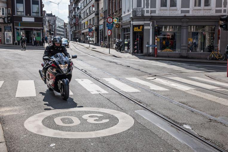 Ook op de grond zal de zone 30 worden aangeduid, zoals hier aan de Verlorenkost in Gent.
