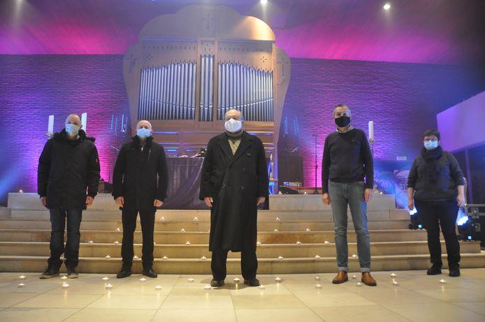 Yves Delbeke (uiterst links) met de kerkfabriek van Vichte tijdens de opnames.