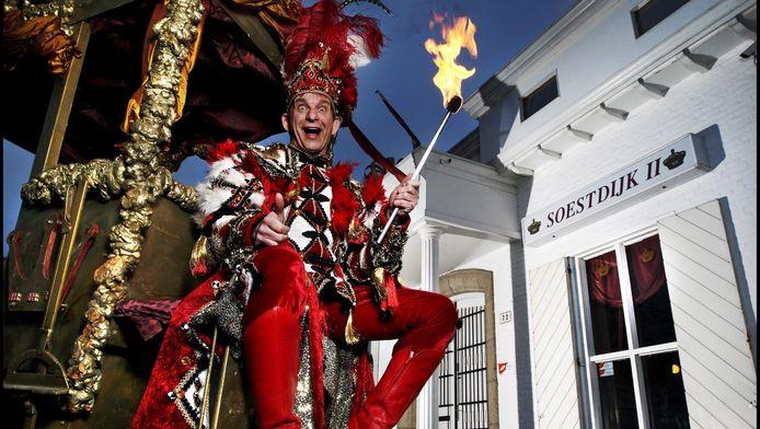 Als Prins Carnaval op de bok van zijn Houten Koets voor zijn eigen Paleis Soestdijk