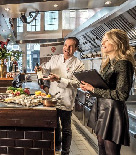 Ed Hoogendijk kookt voor tv-programma 17de-eeuws recept op Markt