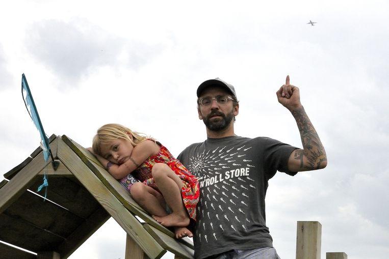 Cristiano en dochtertje Wilma uit Tildonk vinden het vliegtuiglawaai duidelijk niet leuk.