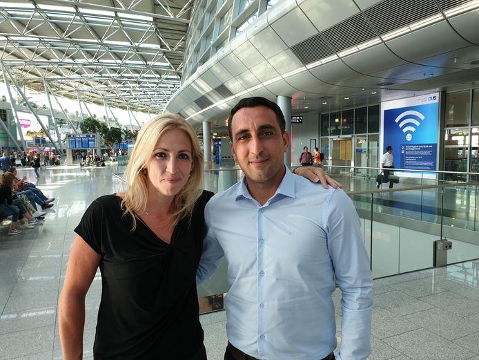 Murat Memis en Lilian Marijnissen op het vliegveld van Düsseldorf.