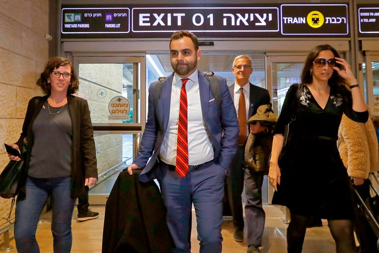 Omar Shakir (midden) op vliegveld Ben-Gurion in Tel Aviv. Beeld AFP