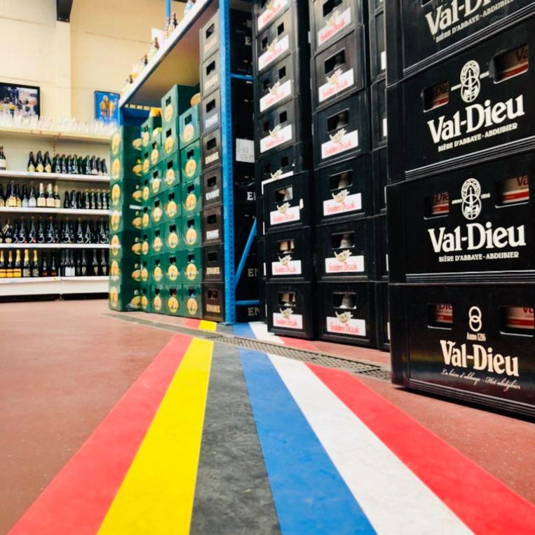 Landsgrens midden in drankwinkel de Biergrens, gewoon open. Beeld