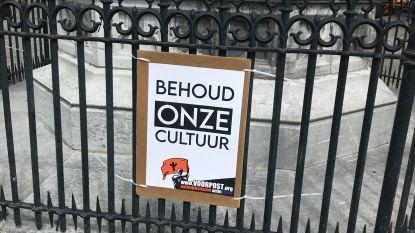 Voorpost-affiche aan standbeeld Dirk Martens overplakt met Black Lives Matter-slogan