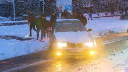 VIDEO. Bestuurder zit vast in de sneeuw maar geeft niet op