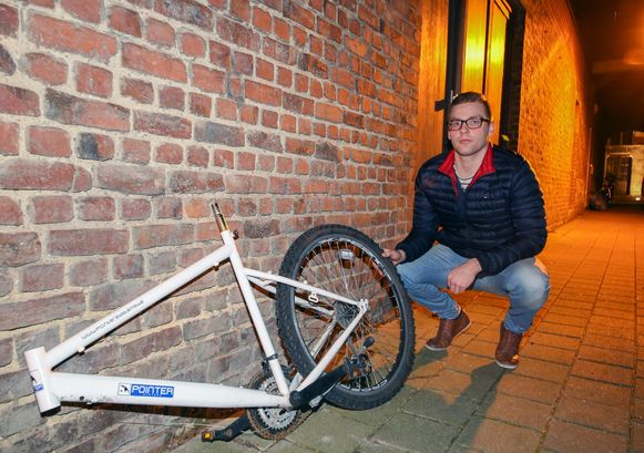 Wesley met de helft van zijn gestolen fiets: een kader en een wiel van een mountainbike.