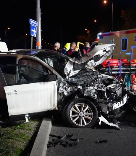 Automobilist knalt tegen lichtmast en overlijdt
