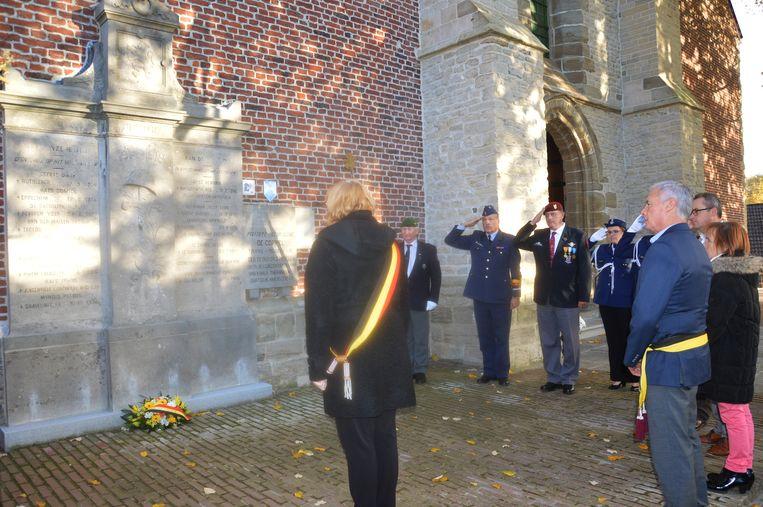 De bloemenhulde aan het herdenkingsmonument aan de kerk in Outer.