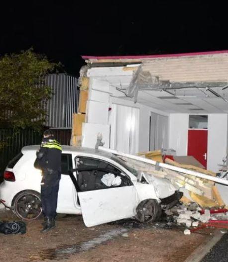 Spijkenisser (23) zonder rijbewijs rijdt met 160 kilometer per uur in een gebouw en veroorzaakt ravage
