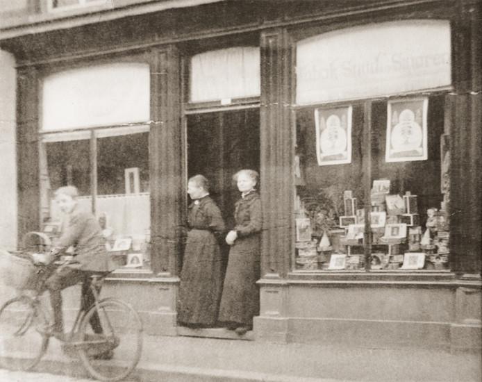 Foto van Do (links) en Jans van den Broek in de deuropening van hun winkel in onder meer tabak en snuif, in de Korenstraat (nu Jan van Hooffstraat) in Eindhoven.