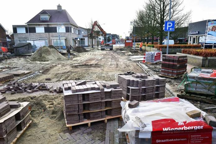 Een aantal straten in de gemeente Rucphen, zoals hier de Dorpsstraat in Sint Willebrord, was al opgenomen in een plan voor verbetering van het wegennet. foto peter van trijen/pix4profs