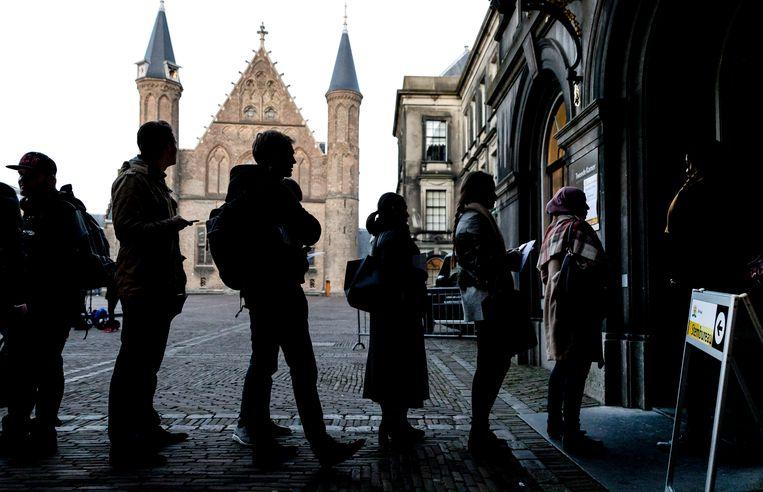 Kiezers staan in de rij om in het laatste uur hun stem uit te brengen in een stemlokaal op het Binnenhof.  Beeld ANP