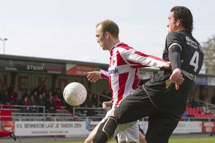Rence van der Wal in duel met een Volendam-verdediger. De spits speelt komend seizoen voor DTS Ede. Foto: Eelco Noortman