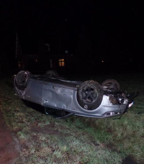 Auto slaat twee keer over de kop, bestuurder verlaat beschadigde auto ongeschonden