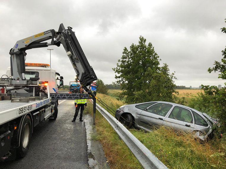 De politie vorderde Garage Vansteenland uit Koksijde om de wagens te takelen.