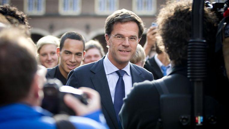 VVD-onderhandelaar Mark Rutte vertrekt, omringd door de pers, van het Binnenhof na het vervolgoverleg met de informateurs en onderhandelaars over de vorming van een nieuw kabinet. Beeld anp