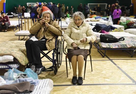 Twee oudere dames brengen de nacht door in een sporthal in Montereale