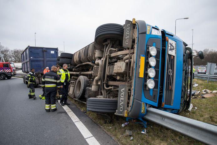 Gekantelde vrachtwagens (zoals deze op de A22 richting Beverwijk) leverden dit kwartaal een forse bijdrage aan het hoge aantal files in het eerste kwartaal.