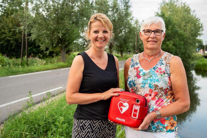 Annie Rooken (rechts) en haar buurvrouw Marleen van Zwienen uit de Bergambachtse Bovenberg hebben geld ingezameld voor de aanschaf van een aed oor hun buurt.