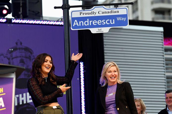 Bianca Andreescu (l) en Bonnie Crombie, de burgemeester van Mississauga, Ontario.