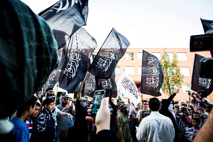 Pro IS-demonstranten tijdens een protest in de Haagse Schilderswijk op 24 juli 2014.