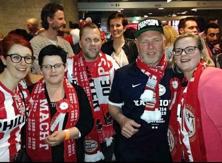 Eddy (tweede van rechts) met zijn schoondochter, vrouw, zoon en dochter. Allen volledig uitgedost in PSV-outfit.