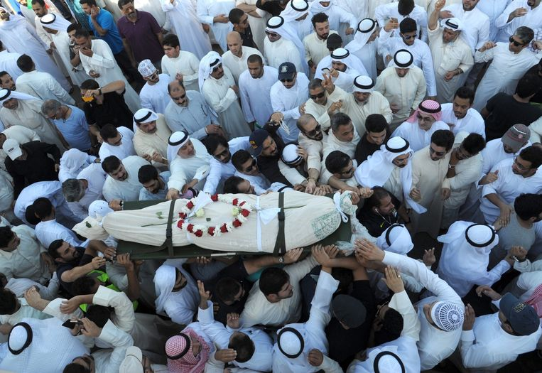 Duizenden mensen woonden de begrafenis bij van de slachtoffers van de bomaanslag. Beeld epa