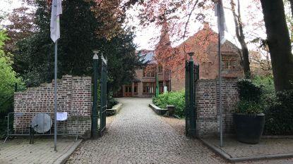 Houten zitbanken in Ravenhofpark vernield