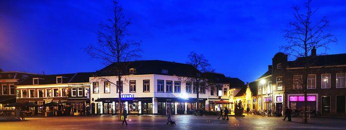 Als het aan burgemeester Mark Buijs van Oosterhout ligt blijven de gordijnen in de horeca in zijn gemeente voorlopig open. Wie zich daar niet aan houdt, riskeert een boete of erger.