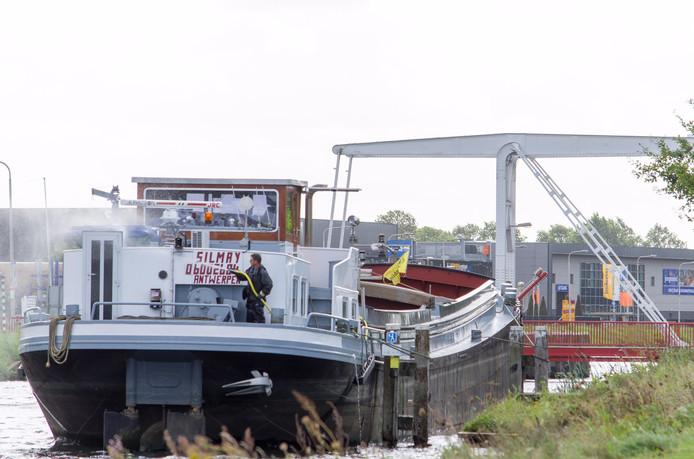 De bruggen in Brabant blijven dicht, een schipper maakt van nood een deugd als hij op het Wilhelminakanaal in Tilburg voor een dichte brug moet wachten.