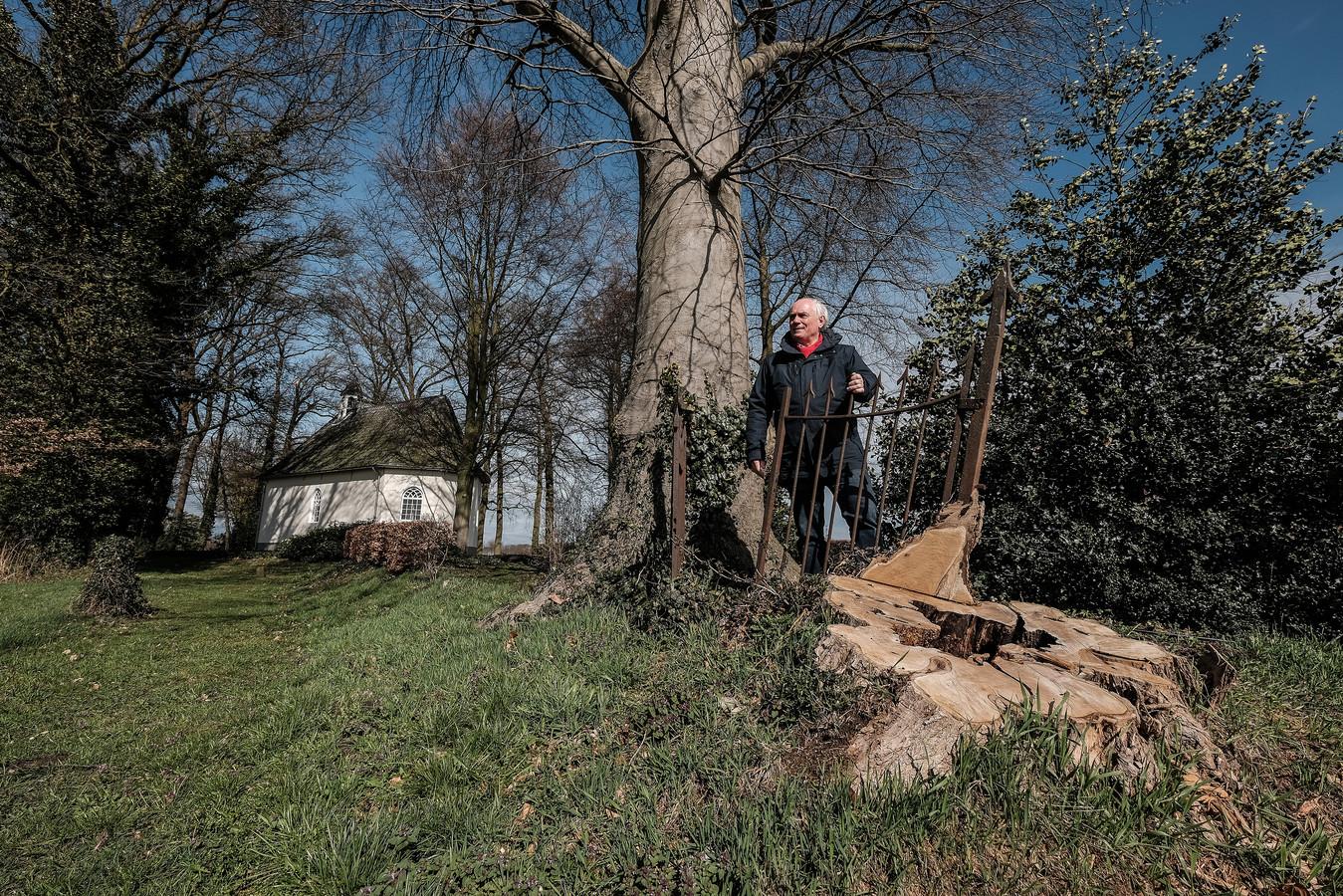 Willem Meijerman bij de Antoniuskapel bij Sinderen. Hier vlak in de buurt stond Huis Sinderen. Foto's Jan van den Brink