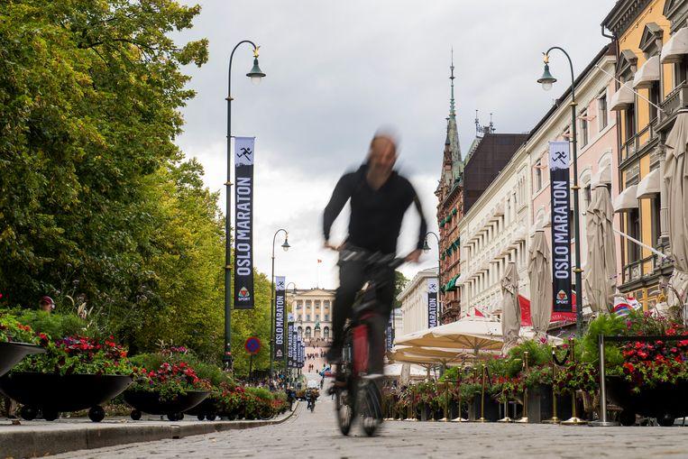 Een fietser in het centrum van Oslo, waar het verbannen van auto's minder snel gaat dan verwacht. Beeld ANP