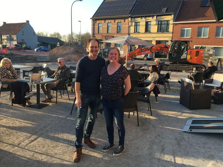 Ronny en Sophie van Bistro Den Bascuul hebben een terras te midden van de werf.