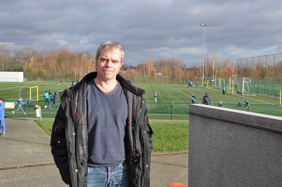 Ignace Vanheule bij de voetbalvelden van KVE Drongen.